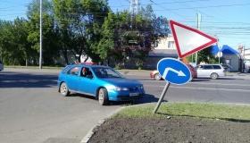 Как водителей наказывают за сбитые дорожные знаки?