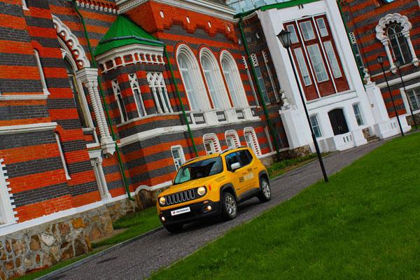 Jeep Renegade на фоне стены Шереметьевского замка
