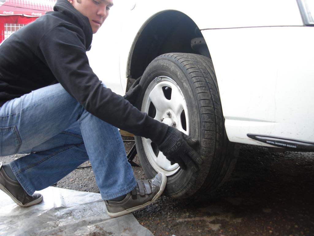 Поставил зимние шины, и машину тянет в сторону – в чём причина?