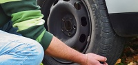 2 рабочих способа, как поменять колесо без домкрата